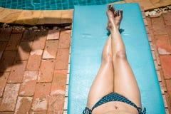 Женщина в вилле бассейна Стоковые Изображения RF