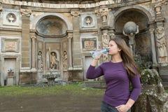 женщина в вилле Aldobrandini, Италии стоковое фото rf