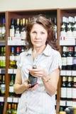 Женщина в вине store_2 Стоковое Фото