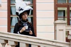 Женщина в винтажном платье на крылечке замка Стоковые Изображения
