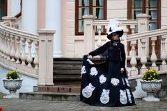 Женщина в винтажном платье на крылечке замка Стоковые Изображения RF