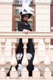 Женщина в винтажном платье на крылечке замка Стоковое Фото