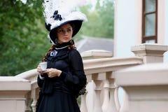 Женщина в винтажном платье на крылечке замка Стоковая Фотография