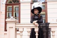 Женщина в винтажном платье на крылечке замка Стоковые Фотографии RF