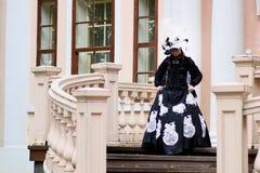 Женщина в винтажном платье на крылечке замка Стоковое фото RF