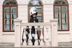Женщина в винтажном платье на крылечке замка Стоковые Фото