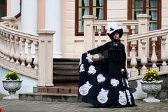 Женщина в винтажном платье на крылечке замка Стоковое Изображение