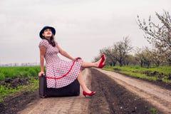 Женщина в винтажных одеждах с чемоданом Стоковая Фотография