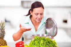 Женщина в вкусе kittchen еда Стоковые Фотографии RF