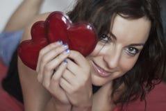 Женщина в влюбленности с 2 красными сердцами Стоковые Изображения