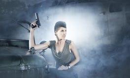 Женщина в воинских одеждах на туманной предпосылке Стоковая Фотография