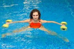 Женщина в воде с гантелями стоковое фото rf