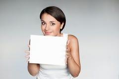 Женщина в вскользь знаке удерживания обмундирования стоковые изображения