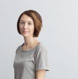 Женщина в вскользь одеждах штилев и уверенно смотрящ вперед Стоковое Фото