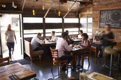 Женщина в входе занятого ресторана на обеденном времени Стоковое Изображение RF