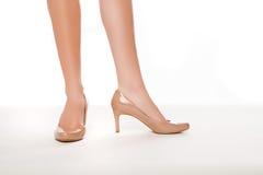 Женщина в высоких накрененных ботинках стоковое изображение