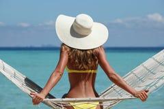 Женщина в гамаке на пляже Стоковые Изображения RF