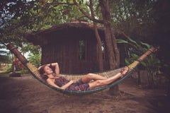 Женщина в гамаке стоковая фотография rf