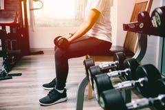 Женщина в гантели фитнеса поднимаясь для тренировки веса мышцы руки Стоковые Изображения RF