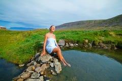 Женщина в геотермической весне Стоковые Фотографии RF