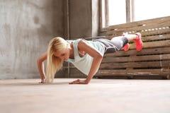 Женщина в гимнастике стоковая фотография rf