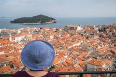 Женщина в голубой шляпе восхищая городок Дубровника старый стоковые фотографии rf