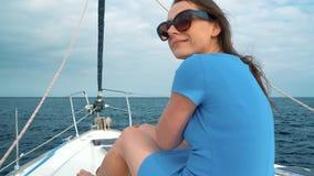 Женщина в голубом платье отдыхает на борту яхты на сезоне лета на океане движение медленное акции видеоматериалы