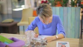 Женщина в голубом платье пишет сток-видео