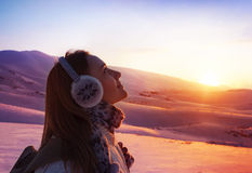 Женщина в горах стоковая фотография
