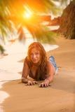 Женщина в голубых джинсах и бикини на пляже Стоковые Фотографии RF