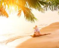 Женщина в голубых джинсах и бикини на пляже Стоковые Изображения RF