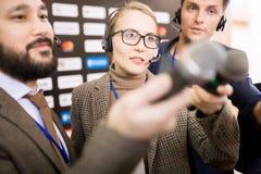 Женщина в группе средств массовой информации стоковые изображения rf