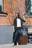 Женщина в деловом костюме представляя на улицах стоковые фотографии rf