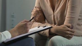 Женщина в депрессии повернутой к психологу для того чтобы понять и изменить жизнь сток-видео