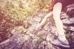 Женщина в детали ferrata гор Стоковые Изображения