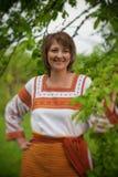 Женщина в ее костюме vnatsionalnom сада стоковые изображения rf