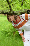Женщина в ее костюме vnatsionalnom сада стоковое изображение rf