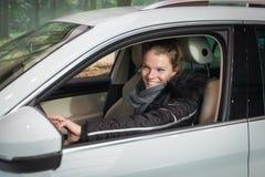 Женщина в ее новом белом большом автомобиле Стоковые Фото