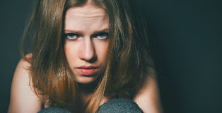 Женщина в депрессии и отчаянии плача на черной темноте Стоковая Фотография