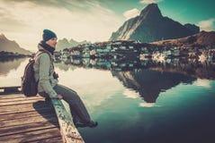 Женщина в деревне Reine, Норвегии Стоковая Фотография RF