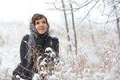 Женщина в лесе зимы Стоковые Изображения