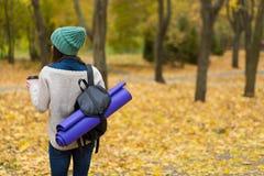 Женщина в лесе осени Стоковая Фотография