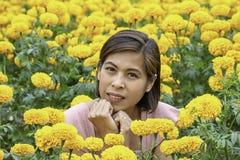 Женщина в желтом саде цветков ноготк или erecta Tagetes на Phu Rua, Loei в Таиланде стоковое изображение rf