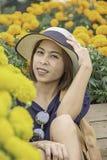 Женщина в желтом саде цветков ноготк или erecta Tagetes в саде стоковые изображения