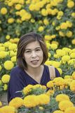 Женщина в желтом саде цветков ноготк или erecta Tagetes в саде стоковые фотографии rf