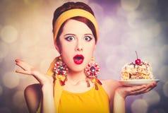 Женщина в желтых одеждах с пирожным стоковая фотография rf