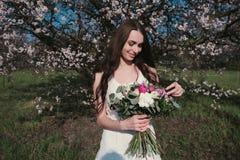 Женщина в зацветая деревьях Стоковые Изображения
