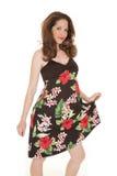 Женщина в зацветенном платье держит вне стоковые изображения