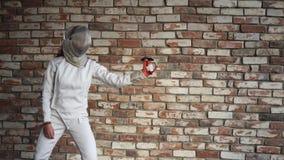 Женщина в защитном шлеме демонстрирует ее способность профессионально оградить акции видеоматериалы