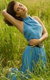 Женщина в зеленой траве Стоковое Изображение RF